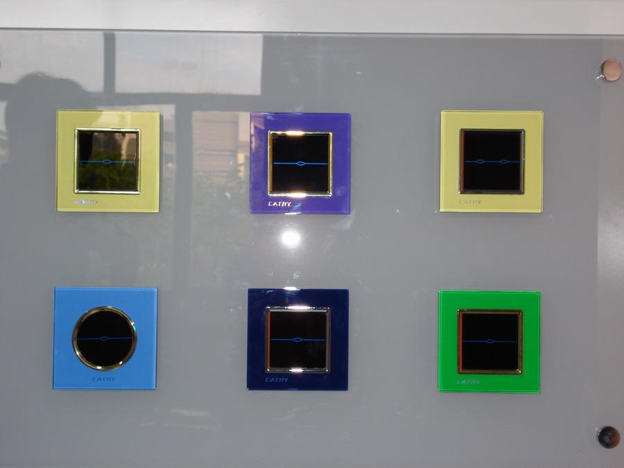 开关卖点: 插座卖点: 技 术:SECS高效电荷集堆--单火线(无触点) 控制方式:机械按键 面 板:全微晶玻璃(进口超白钢化玻璃) 工作电压:AC180--250V/50HZ 控制方式:触摸屏(电阻式),RF无线射频遥控 额度负载:3000W 单路负载:1000W 遥控距离:>20M 工作电压:AC180--250V/50HZ (定)延时功能 能 耗:<0.